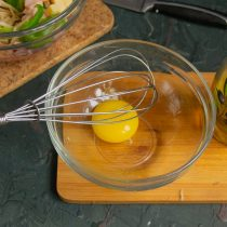 Отделяем яичный желток от белка