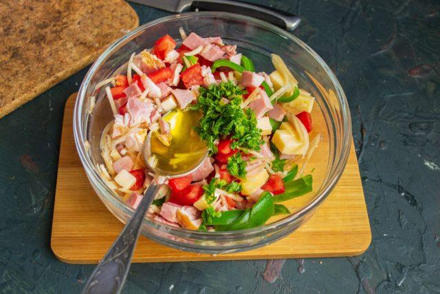 Приправляем салат зеленью и добавляем оливковое масло, перемешиваем