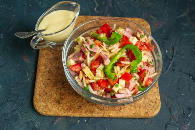 Салат с ветчиной, помидорами, сыром и лимонным майонезом готов