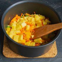 Кладём нарезанную картошку