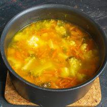 Нагреваем суп до кипения, готовим на тихом огне 20 минут