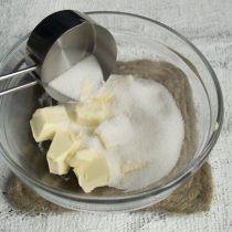 Охлажденное сливочное масло нарезаем, добавляем сахарный песок или сахарную пудру