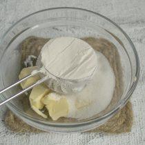 В отдельной миске смешиваем муку с разрыхлителем теста, добавляем к маслу и сахару