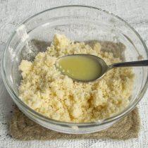 Муку, сахар и масло растираем в крошку, добавляем лимонный сок с солью, перемешиваем