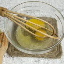 К лимонному соку добавляем яйца