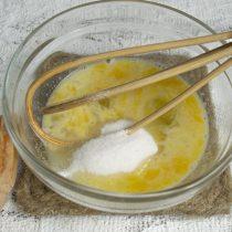 Насыпаем сахарный песок, смешиваем ингредиенты венчиком