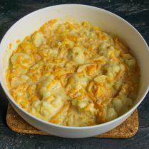 Выливаем тыквенный соус на капусту, встряхиваем форму