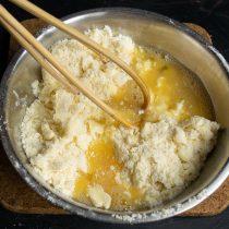 Добавляем яичные желтки и холодные сливки