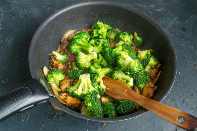 Добавляем брокколи к куриному филе, перемешиваем и прогреваем
