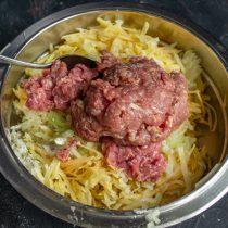Посыпаем овощи мукой, затем добавляем фарш из говядины