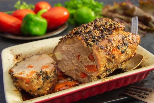 Сочная свинина, запеченная с кунжутом и горчицей в духовке