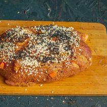 Обваливаем мясо в кунжутных семечках