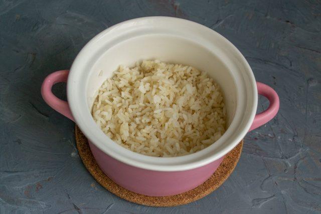 Выкладываем рис в глубокую миску