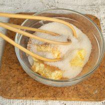 В отдельную миску кладём сливочное масло, насыпаем белый и тростниковый сахар