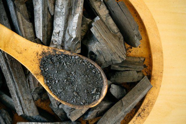 Кроме бактерицидных свойств, древесный уголь еще и хороший абсорбент