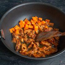 Кладём нарезанную морковку