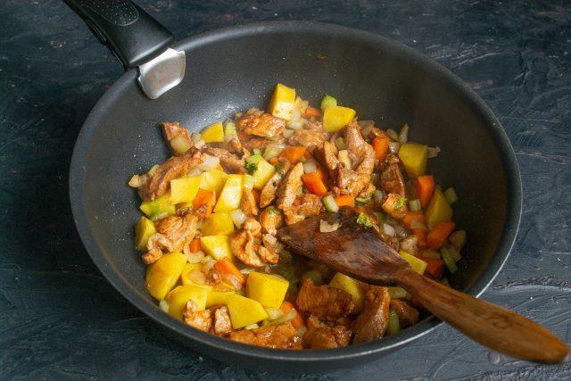Добавляем нарезанный картофель и обжариваем всё вместе ещё примерно 5 минут