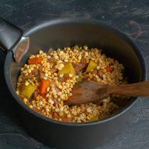 Перекладываем обжаренные овощи в глубокую кастрюлю и добавляем промытый горох