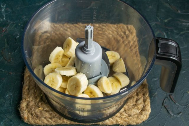 Бананы нарезаем, кладём в чашу кухонного комбайна