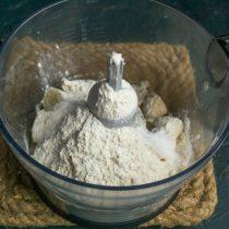 Добавляем самоподнимающуюся пшеничную муку или обычную муку с содой или разрыхлителем