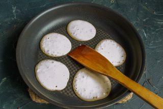 Выкладываем тесто для панкейков в разогретую сковороду