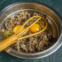 К остывшим грибам с луком добавляем куриные яйца