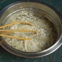 Добавляем муку, соль и перец, тщательно перемешиваем