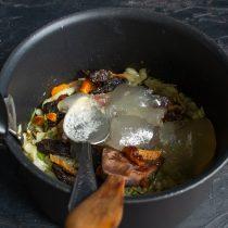 Наливаем куриный бульон, добавляем приправы и увариваем соус