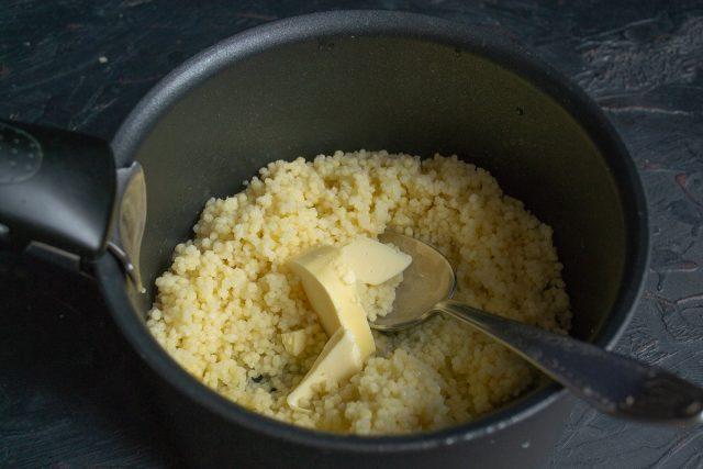 Достаём фасоль, в кускус добавляем сливочное масло и перемешиваем