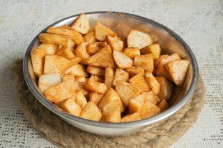 Нарезанные яблоки посыпаем сахаром и молотой корицей, перемешиваем