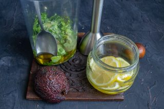 В стакан блендера добавляем мякоть авокадо, сок лимона или лайма, оливковое масло первого и соль