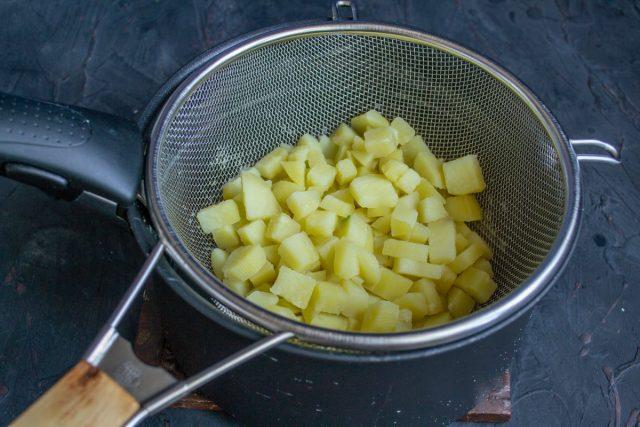 Отвариваем картофель и откидываем на дуршлаг