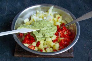 Добавляем половину соуса и перемешиваем