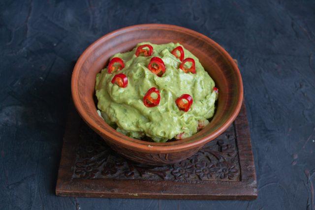 Мексиканский картофельный салат с авокадо готов