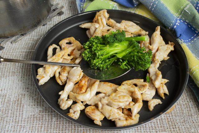 Выкладываем обжаренное филе и брокколи в форму