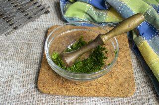 Растираем зелень с солью