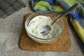 Добавляем обезжиренный несладкий йогурт и перемешиваем