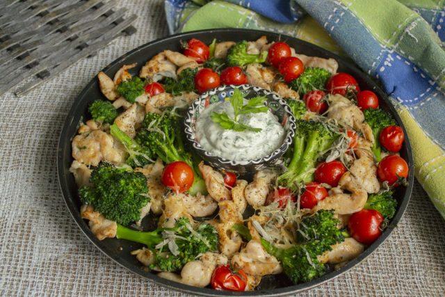 Низкокалорийная курица с брокколи и черри в духовке готова