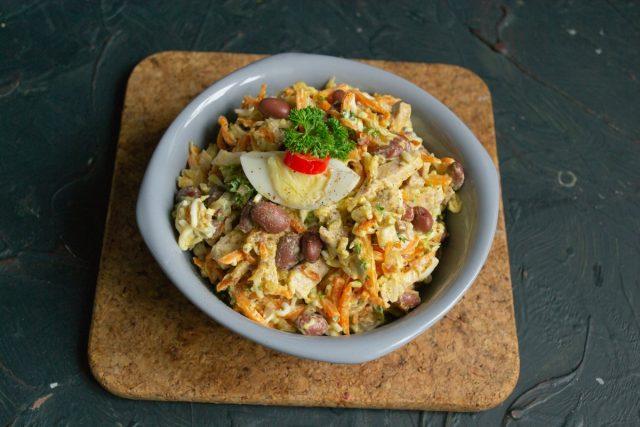 Салат «Обжорка» с фасолью и мясом готов