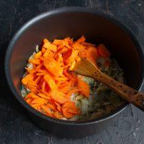 Шинкуем морковку и добавляем в кастрюлю