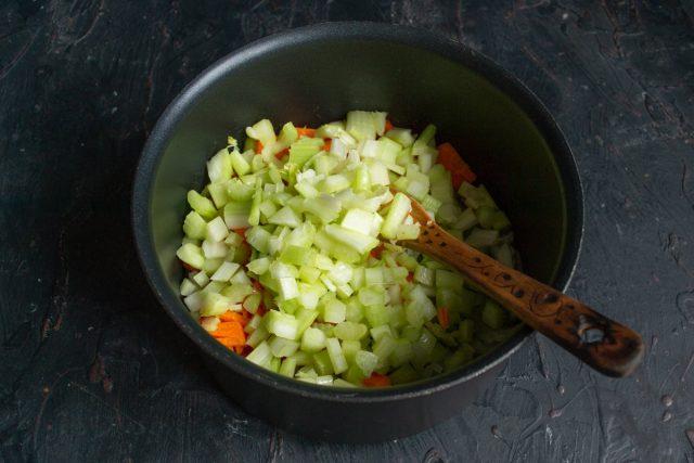 Нарезаем сельдерей и добавляем к луку и моркови