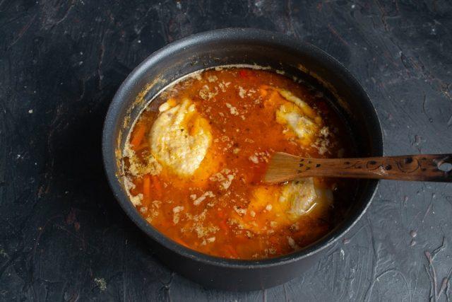Добавляем консервированные помидоры или томатное пюре, наливаем кипяток или бульон, солим и перчим