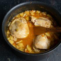 Доводим суп до кипения и варим до готовности картофеля