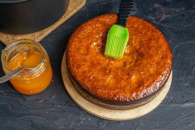 Остужаем готовый ореховый бисквит, обильно смазываем абрикосовым джемом