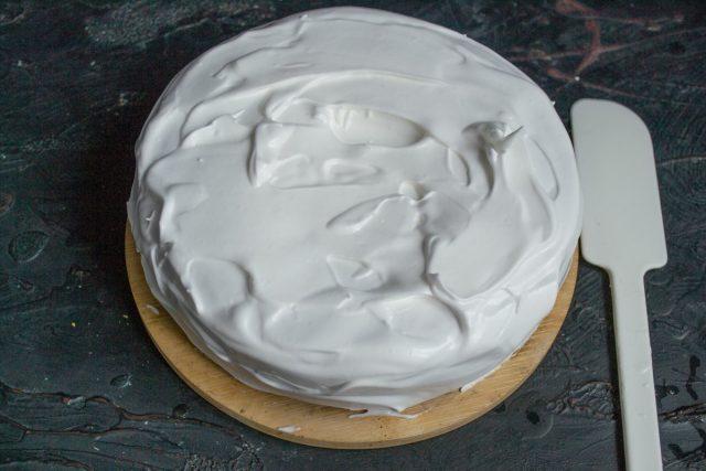 Обмазываем торт и украшаем