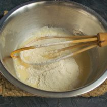 Добавляем пшеничную муку, замешиваем жидкое тесто