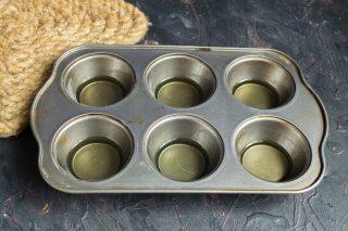 Ставим форму с маслом в разогретую духовку, хорошо раскаляем масло