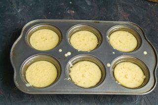 В каждую ячейку наливаем тесто, отправляем форму в раскалённый духовой шкаф