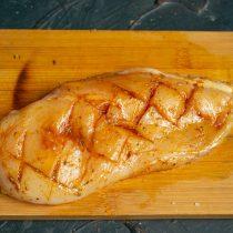 Втираем приправы в мясо, затем поливаем филе растительным маслом
