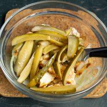 Нарезаем маринованные огурцы и добавляем к остальным ингредиентам салата